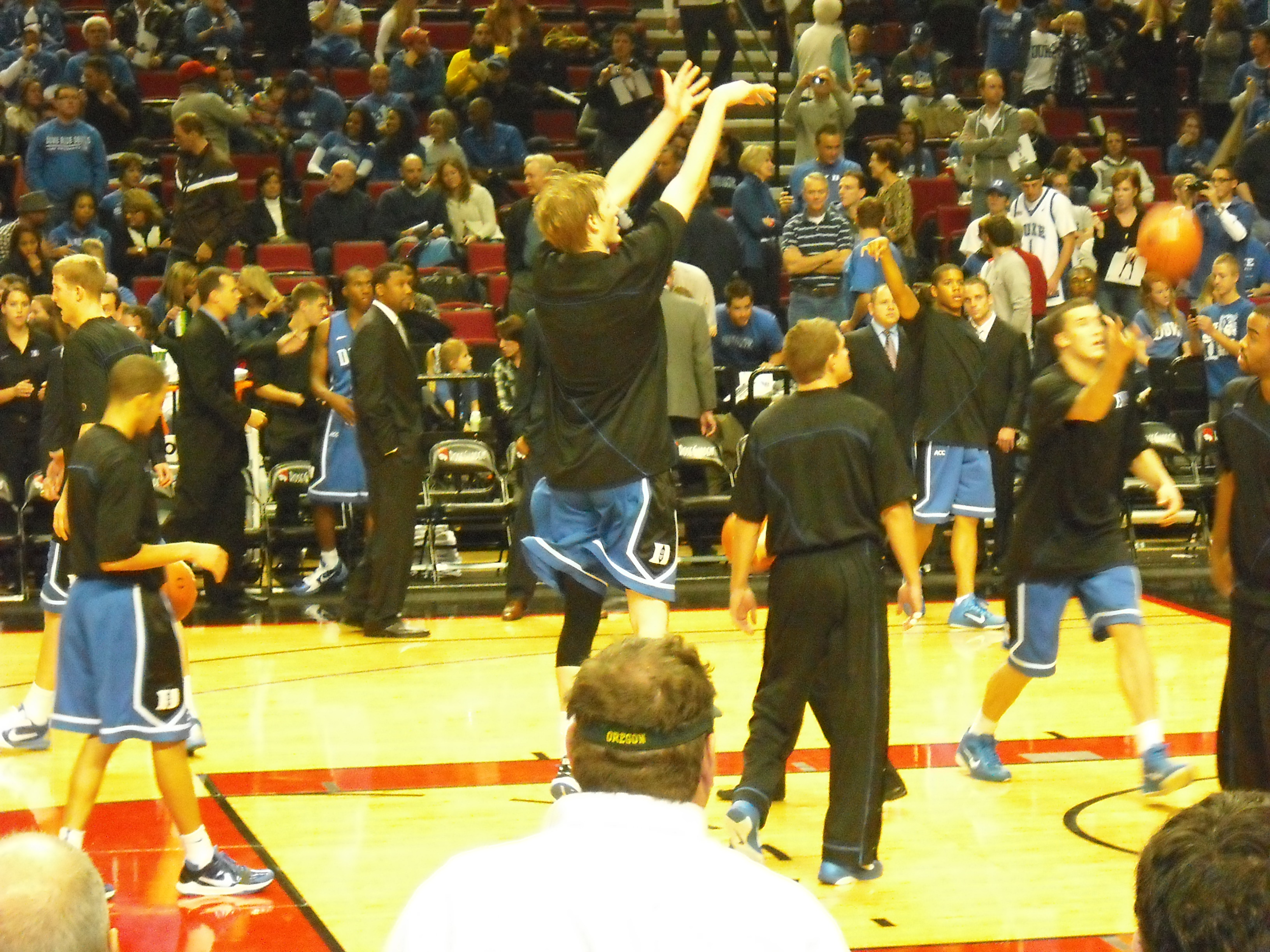 Kyle Singler warming up for the second half